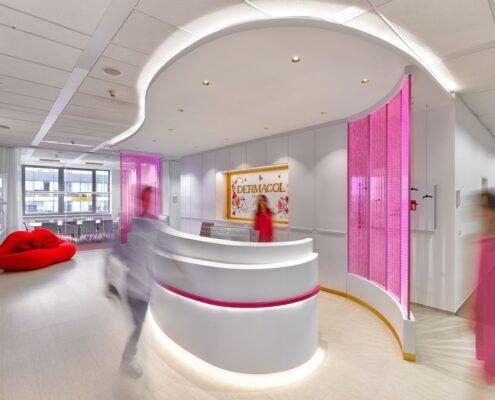 Recepce_-v-růžových-skleněných-stěnách-stoupají-nekonečné-řady-růžových-bublinek_foto-Dermacol.jpg