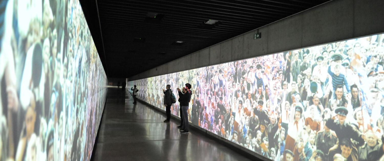 Velkoplošná projekce ve spojovacím tunelu mezi historickou a novou budovou Národního muzea